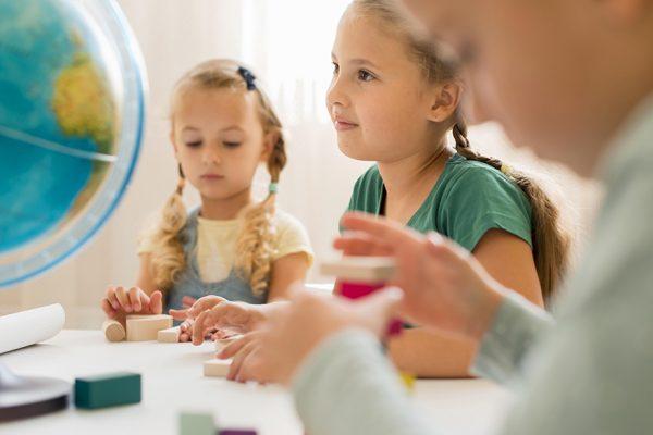 Deca koja uče zajedno, stvarajući rutinu.