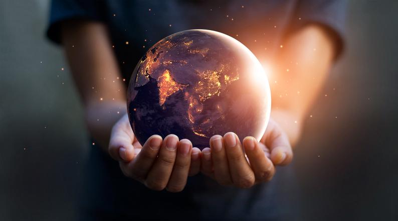 Ruke koje drže svet na dlanovima
